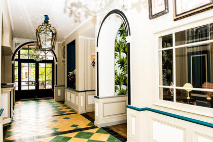 The entrance and the reception of the Hotel Villa-Lamartine - Charming 3 Stars hotel in Arcachon